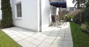 Die Terrasse mit Garteneingang