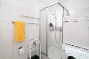 Die Waschmaschine und der Trockner stehen im Bad