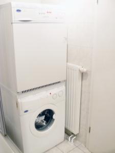 Waschmachine und Trockner stehen im Bad