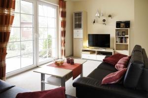 Das Wohnzimmer mit Blick zur Schrankwand mit FLat TV