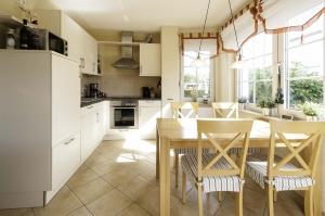 Unsere voll ausgestattete Küche mit dem Essbereich