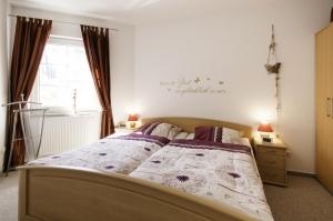 Das Schlafzimmer 1 mit gemütlichem Doppelbett